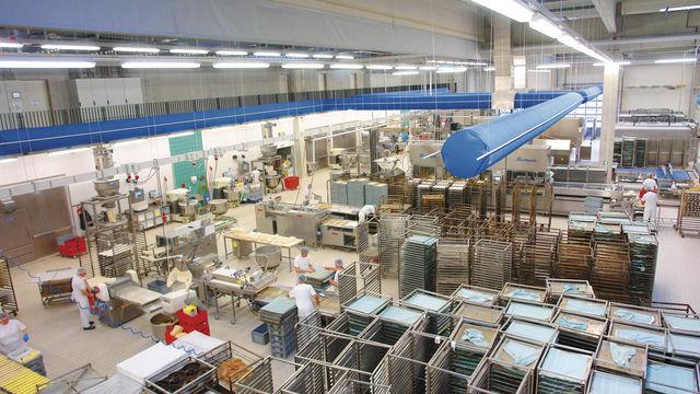 Viel Platz für bereitgestellte Stikkenwagen: Blick in eine große, aber handwerklich arbeitende Bäckerei. (Quelle: Archiv)