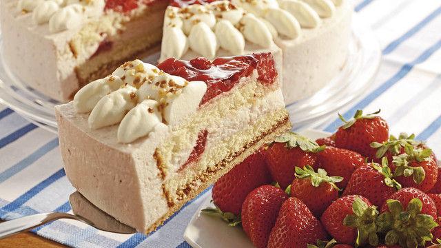 Erdbeer-Sahnetorte: Ob für Böden, Füllung und Dekor Convenience-Produkte verarbeitet werden, muss jeder Bäcker nach seinen Ansprüchen ans Produkt entscheiden. (Quelle: Konesto)