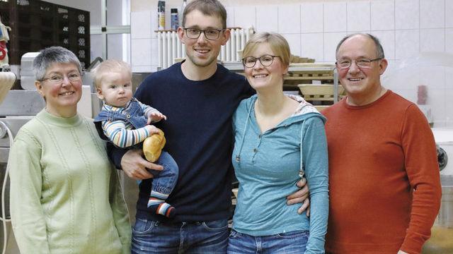 Drei Generationen der Familie Lenk (von links): Elisabeth, Elias, Thomas, Melanie und Willy Lenk. (Quelle: Kölbel)