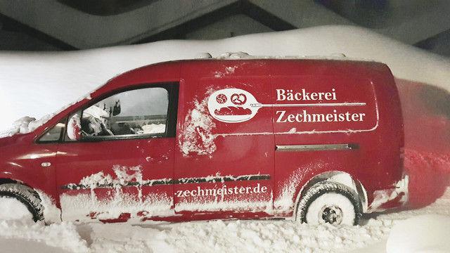 Das Lieferfahrzeug der Bäckerei Zechmeister rutschte einen Hang hinunter und blieb im Schnee stecken. (Quelle: privat)