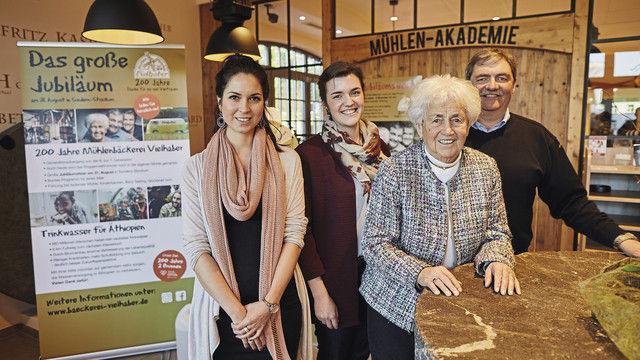 Machen auf die Jubiläumsaktionen aufmerksam (von links): Shari Malzahn (Neven Subotíc-Stiftung), Elisabeth Vielhaber (7. Generation), Maja Vielhaber (5. Generation), Eberhard Vielhaber (6. Generation). (Quelle: Philipp Nolte)
