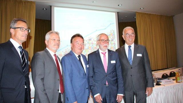 Geschäftsführende Vorstände der Bäko-Zentrale mit Aufsichtsratsspitze (von links): Gunter Hahn, Norbert Hupe, Holger Knieling, Michael Wippler und Wolfgang Schäfer.  (Quelle: Bäko)
