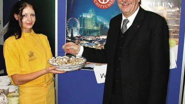 """Erfurts Bürgermeister Dietrich Hagemann ließ sich von Verkaufs-Lehrling Janiné Hameister zu einer Schittchen-Verkostung """"verführen""""."""