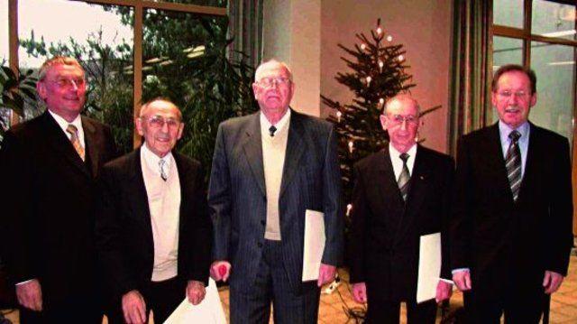 Bei der Verleihung der goldenen und diamantenen Maiterbriefe (von links). Präsident Willy Hesse, Hubert Merschant, Julius-Heinrich Wolf, Alois Voß, Geschäftsführer Wolfgang Boecker .  (Quelle: Rostapress)
