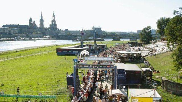 Auf dem Dresdner Königsufer stand Mitte September die mit 1150 Metern längste Kaffeetafel der Welt.  (Quelle: Dreilich)
