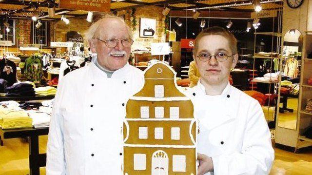 Gustav Baumgarten, OM der Bäckerinnung Holstein, freut sich mit Olaf Köhr (r.) über dessen ersten Platz beim Lebkuchenhaus-Wettbewerb.  (Quelle: Hoffmeister)