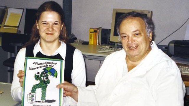 Bäckermeister Clemens Herrmann bespricht mit der Schriftsetzerin Tanja Tannenberg in der Druckerei die letzten Einzelheiten für das Narrenblatt 2007.