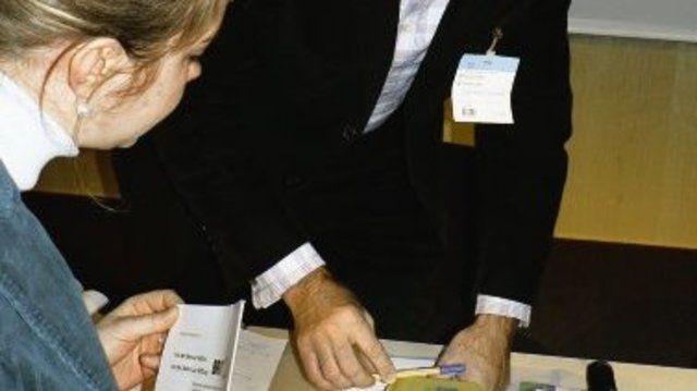 Das ist die Bio-Brotbox: Burkhard Sonnenstuhl präsentiert in Nürnberg das Erfolgsmodell.  (Quelle: Mayer)