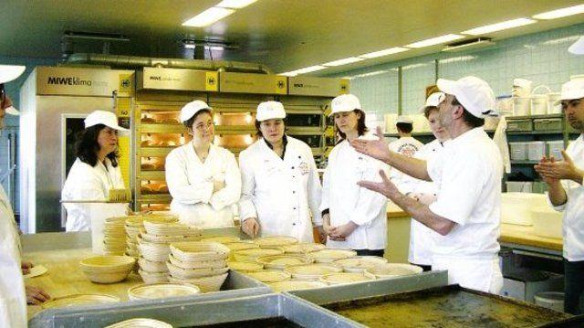 Mit einem eintägigen Seminar hat der Zentralverband immerhin zehn Journalisten überregionaler Publikumszeitschriften und einer Rundfunkanstalt gezeigt, wo es in Sachen Brotproduktion lang geht. Somit hofft man, dazu beizutragen, dass Berichte über da