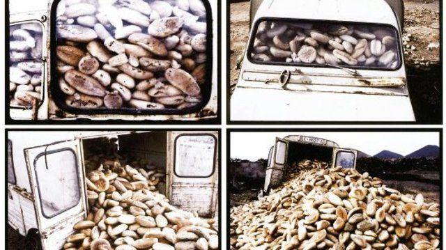"""Den 1. Preis erhielt der Fotograf Walter Fogel für seine Bildfolge """"Brot Zeit"""": Ein Bauer auf Lanzarote lagert alte Brötchen, die bei einem Hotelbetrieb abfallen, in einem Auto für seine Schweinzucht."""