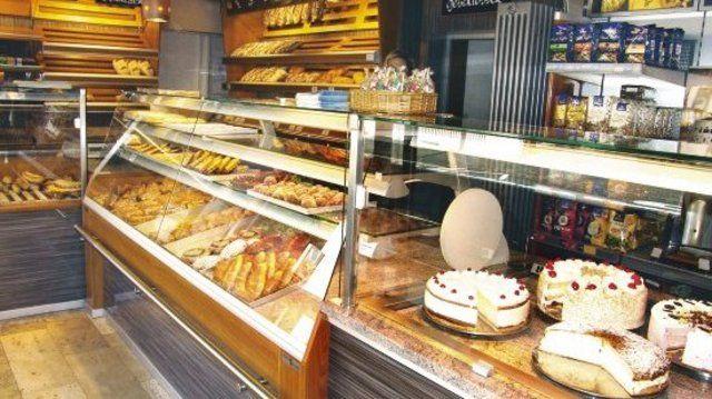 Die Kühltheke wurde bewusst am Ladeneingang platziert, um das Angebot an Torten herauszustellen.  (Quelle: Stumpf)