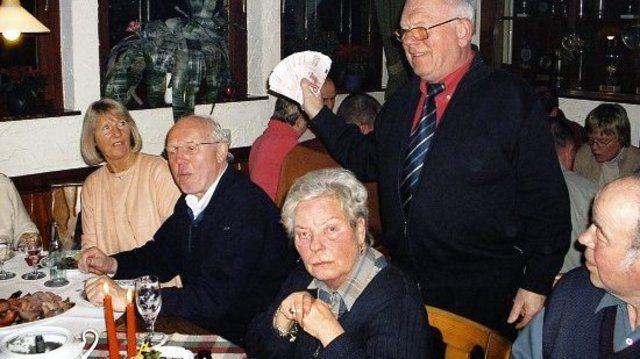 Bäckerfachvereinschef Werner Schnüll präsentiert seinen Kollegen stolz den Überschuss aus der Weihnachtsbackaktion.  (Quelle: Buz)