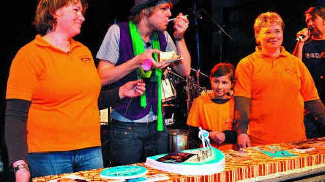 Medienwirksam verkostete DSDS-Star Daniel Schuhmacher (M.) die Riesen-Geburtstagstorte, welche ihm Christine Glaser (l.) und Moni Neher von der Pfullendorfer Bäckerei Neher überreichten.