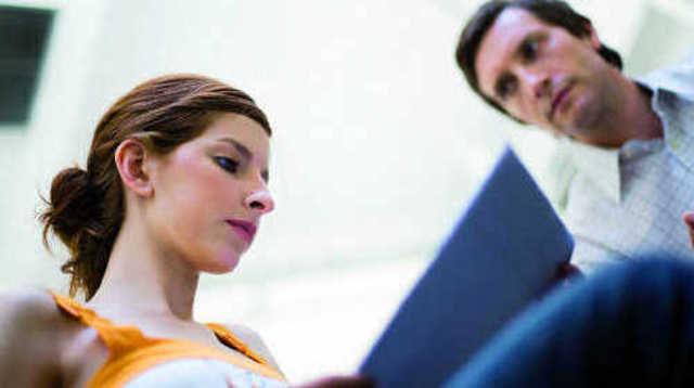 Der Arbeitgeber muss den Mitarbeitern bei Beschäftigungsende ordnungsgemäß die Arbeitspapiere übergeben – ein Zurückbehaltungsrecht ist ausgeschlossen.