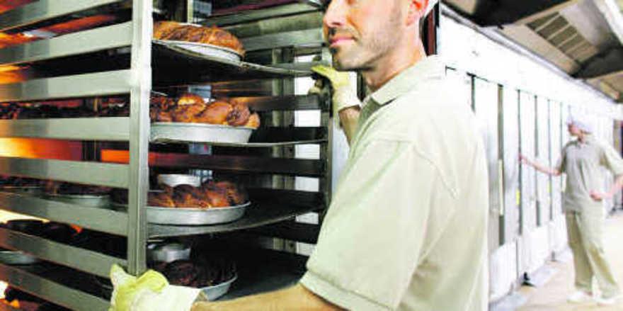 Auch in feuchtwarmen Arbeitbereichen sorgen die Polos, T-Shirts und Hosen der Kollektion Mewa Vivaline für angenehmen Tragekomfort.