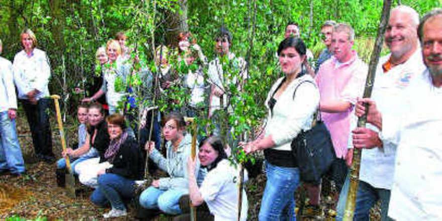 Bäckermeister Hans-Jürgen Tackmann (rechts) ging am ersten Ausbildungstag mit den neuen Azubis in den Wald. Sie pflanzten 22 Obstbäume – die ersten für eine neu angelegte Streuobstwiese auf einer Waldlichtung in Boostedt.