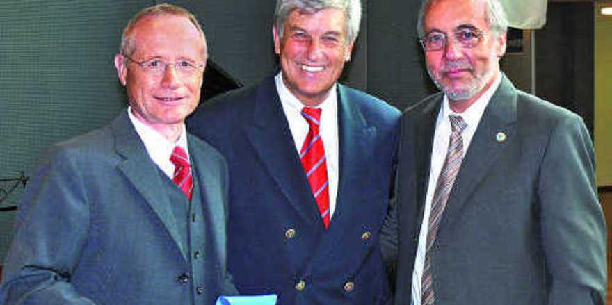 ZV-Präsident Peter Becker (M.) gratulierte persönlich Direktor Walter F. Knittel (r.) und Landesinnungsmeister Johannes Schultheiß.