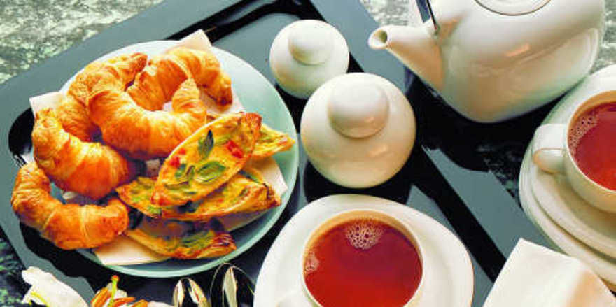 Gut geeignet für den Spontankauf: Tee harmoniert mit süßen und herzhaften Backwaren.
