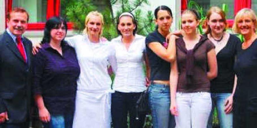 Sechs junge Damen machten Sieg und Platzierungen bei der Landesmeisterschaft der Bäckerjugend in Niedersachsen/Bremen unter sich aus. Stellvertretender Landesinnungsmeister Wilhelm Wolke (links) und Verbandsgeschäftsführerin Bettina Emmerich-Jüttner