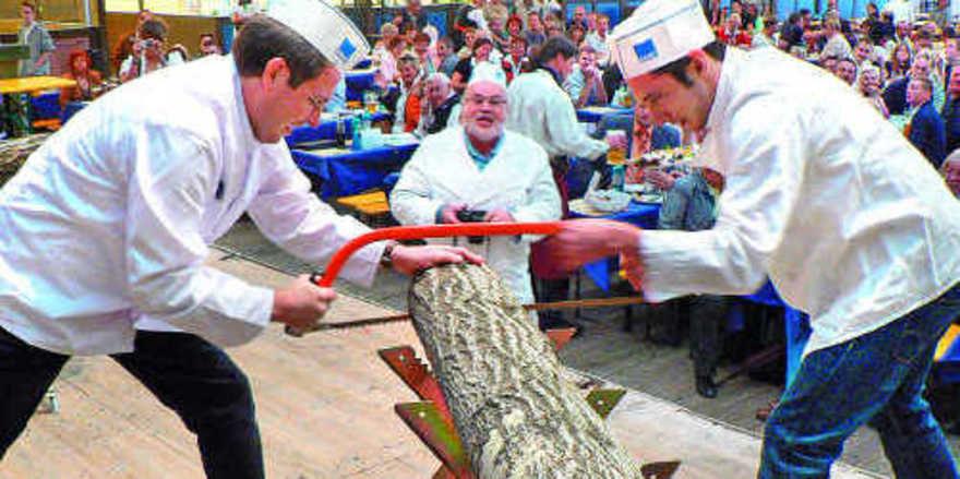 Die Bäcker Christian Albert (links) und Markus Döllner legten sich beim Sägen auf der Zunft-Gaudi mächtig ins Zeug.