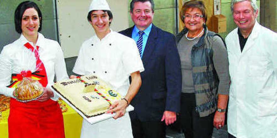 Der Verkäuferin Sandra Fehrenbach und dem Bäcker Thorsten Bopp (v.l.) gratulierten LIM Walter Augenstein und die Vorsitzenden der Bewertungskommissionen Klara-Maria Huth und Karl-Heinz Jooß.