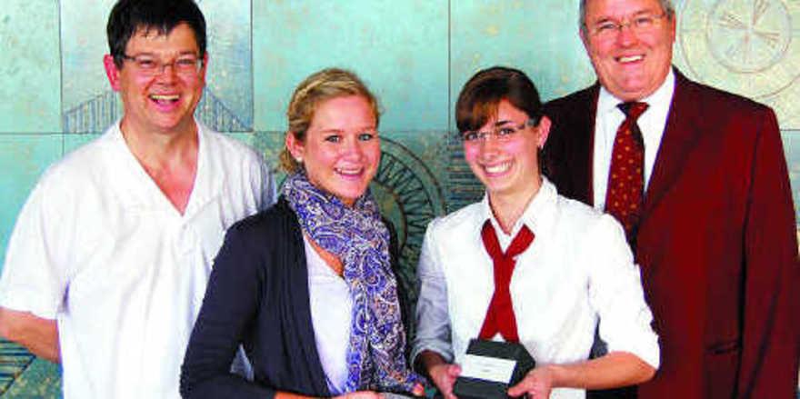 Landessiegerinnen der Bäckerjugend: Bäckerin Mona Feckl (2. von links) und Fachverkäuferin Andrea Meier mit Jury-Vorsitzendem Dietmar Brandes (links) und dem LIV-Vorstandsmitglied Josef Magerl.