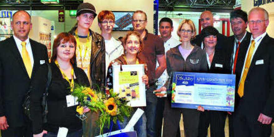 Die Gewinner, mit Jury und Veranstalter: das Team der Hannah-Arendt-Berufsschule um Jarne Boelk (M.) erhielt den 2. Preis, Elisabeth Parzinger (vorne) erzielte den 3. Platz und Christina Besemer wurde Gesamtsiegerin. ann