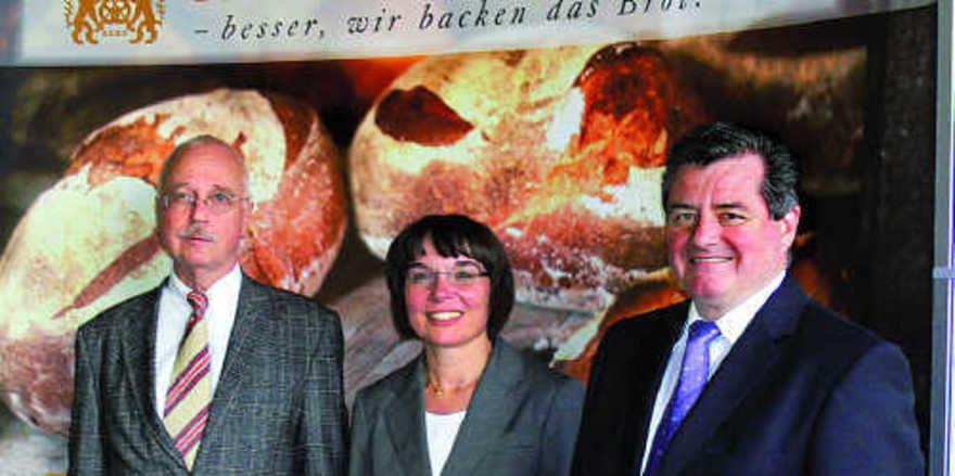 Vor dem neuen Informationsstand, der beim Verband bestellt werden kann (v. l.): ZV-Hauptgeschäftsführer Dr. Eberhard Groebel, Verbandsgeschäftsführerin Ute Sagebiel-Hannich, LIM Walter Augenstein.