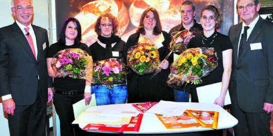 Landessieger und Platzierte mit den Verbandsspitzen (von rechts): stellv. LIM Klaus Nennhuber, Rebecca Hack, Michael Schrimpf, Sabrina Palukat, Jessica Helmling, Natascha Totzke und LIM Wolfgang Schäfer.