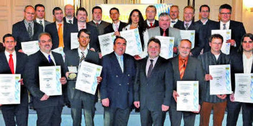 Das Gruppenfoto zeigt alle Preisträger sowie Staatsminister Helmut Brunner, MdL (1. Reihe, 4. von rechts) und Landesinnungsmeister Heinrich Traublinger (1. Reihe, 4. von links). wirtschaftsministerium