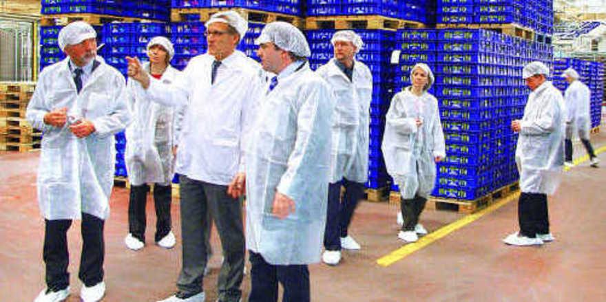 Die Versandabteilung für die verpackten Backwaren des Fazer-Konzerns lässt die Größe des Industrie-Bäckers ermessen. Geschäftsführer Juha Mattika (3. von links) führt die Delegation des niedersächsischen Bäckerhandwerks durchs Unternehmen.