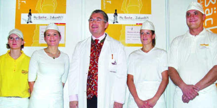 Stv. Landesinnungsmeister Karl-Heinz Hoffmann (Mitte) mit den Kandidaten (von links): Steffi Grönebold, Mona Feckl, Nicole Schön und Josef Ebner