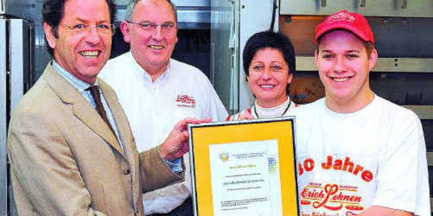 Walter Dohr (Verbands-GF Rheinisches Bäckerhandwerks), Betriebsinhaber Erich und Maria Lehnen sowie Azubi des Monats Oliver Böken (v.l.).