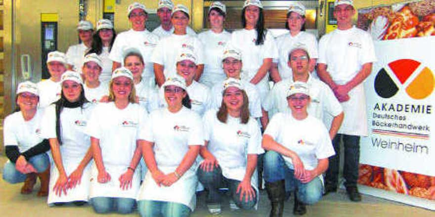 Die neuen Verkaufsleiterinnen und –leiter der Akademie Weinheim nach ihrer praktischen Prüfung, bei der es unter anderem um die fachgerechte Herstellung verschiedener Snack-Spezialitäten ging.