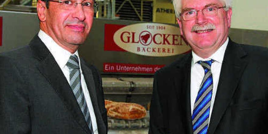 Guido Siebmorgen, Geschäftsführer der Produktionsbetriebe der Rewe Group und der Wirtschaftsminister von Bayern, Martin Zeil (rechts).
