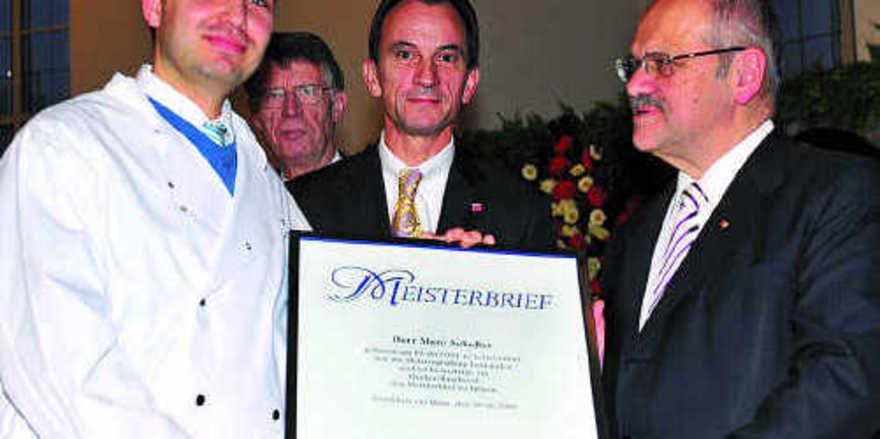 Als einer unter den zehn Besten des Jahrganges 2009 erhielt Marc Scheller (links) den Meisterbrief. Rechts daneben Minister Michael Boddenberg und HWK-Präsident Bernd Ehinger.