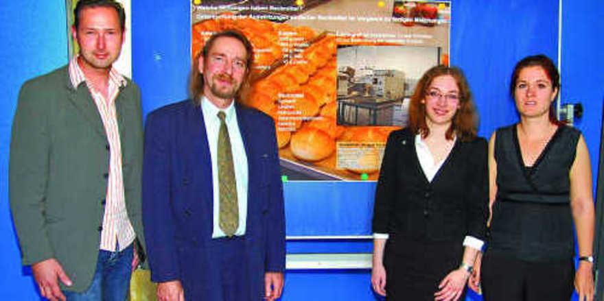 Die beiden Fachlehrer für Chemie, Patricia Schwarz (rechts) und René Berger (2. von links), bescheinigten der Abiturientin Christina Gottert (2. v.r.) für ihre BELL-Arbeit über den Einfluss von Backmitteln auf die Herstellung und Qualität von Weizen