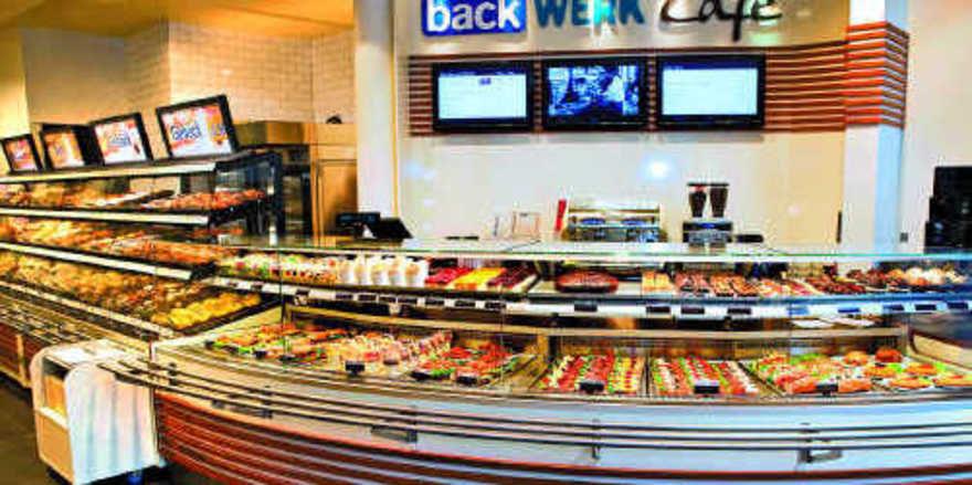 Pilotprojekt in Essen: Klassischer Backwaren-Discountbereich wird ergänzt durch eine Café-Bedientheke mit Kaffee, Shakes, Snacks , Kuchen, Salaten und warmen Speisen. Angeschlossen ist ein hochwertiger Lounge-Sitzbereich. werk
