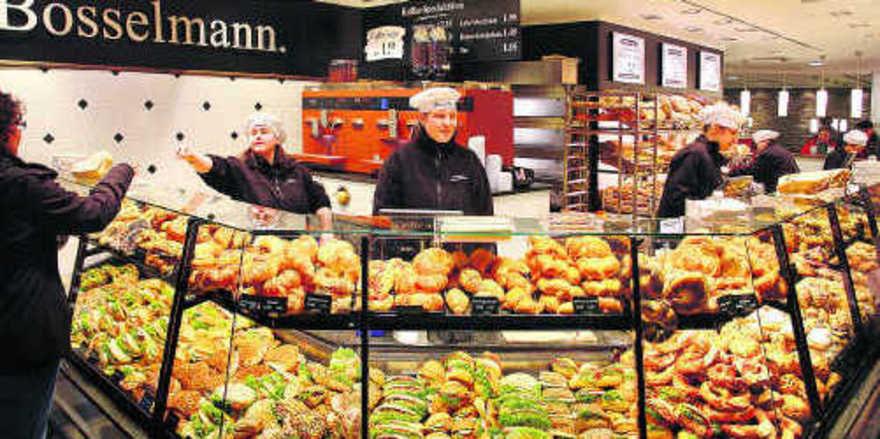 Beeindruckend: Am Hauptbahnhof in Hannover tritt die Landbäckerei Bosselmann mit einem phantastischem Sortiment von belegten Kleingebäcken auf – Warendruck pur, attraktiv präsentiert.