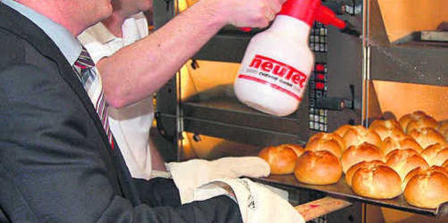 Sachsens Wirtschaftsminister Sven Morlok ließ es sich nicht nehmen, beim Messerundgang die Brötchen selbst auszubacken.