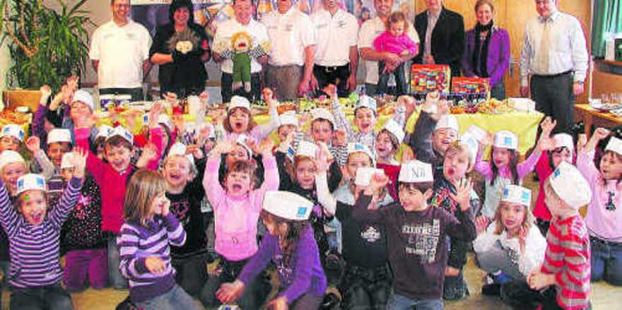 Die Kinder vom Pestalozzi-Kindergarten jubeln über das gesunde, gemeinsame Frühstück frisch vom Bäcker.