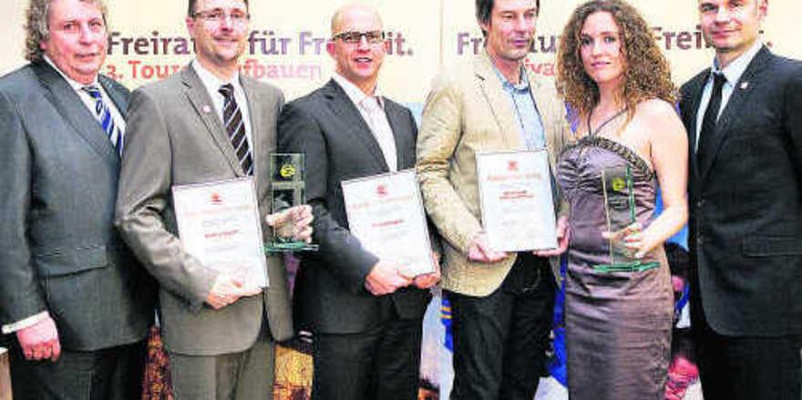 Franz Smeja (l.) und Jürgen Rudolph (r.) mit den Preisträgern Matthias Rausch und Christian Wagner sowie Johannes Gerhard und Anna Pogadl.