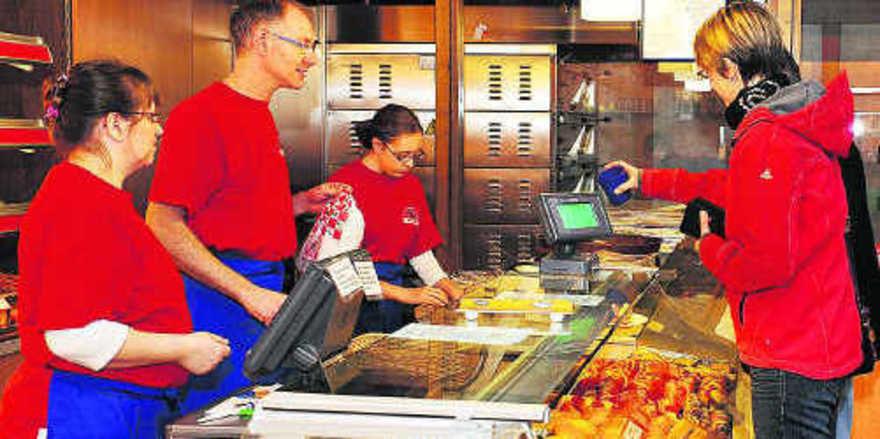 Karin, Jürgen und Tochter Jasmin Kreher (v.l.) kassierten diesmal nicht: Die Kundin würfelte eine Sechs und bekam ihre Backwaren gratis.