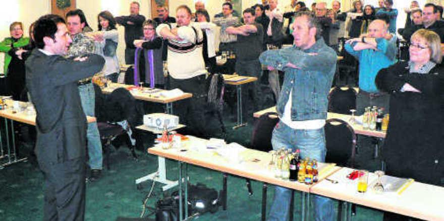 Richtige Atmung sorgt für bessere Körpersprache: Paul Johannes Baumgartner (links) animierte sein Publikum in Nürnberg zu praktischen Übungen.