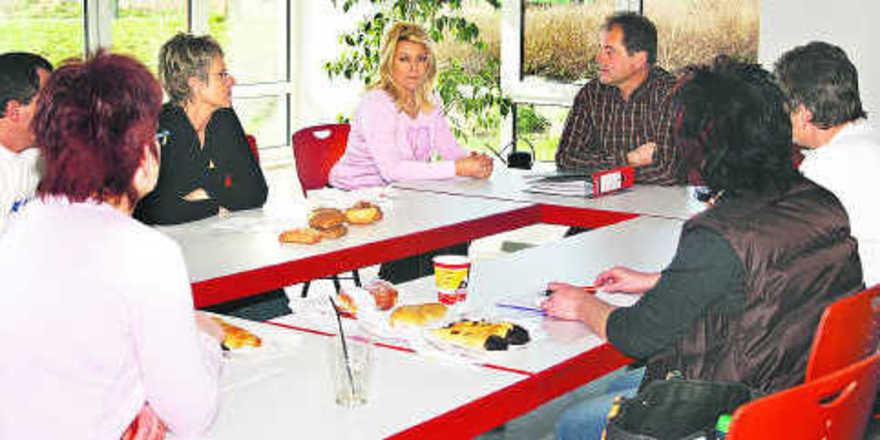 Alle an einem Tisch: So können die Anliegen der Mitarbeiter sowie die Qualität der Podukte besprochen werden.