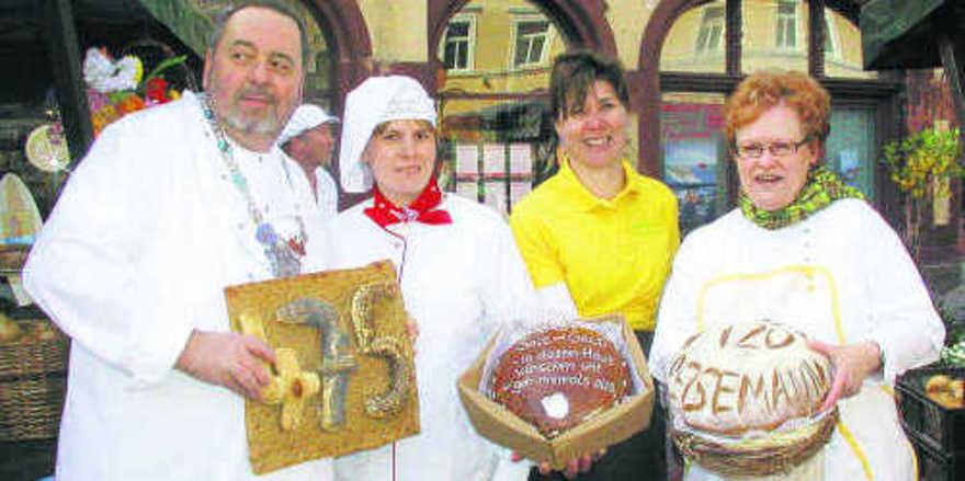 Die Innungsmitglieder von Altenburg und Umland hatten zum 475-jährigen Jubiläum einen Brotmarkt organisiert. Mit dabei (von links): Obermeister Rainer Strobel, die Konditormeisterinnen Romy Strobel und Grit Kribizsch sowie Geschäftsführerin Brigitte