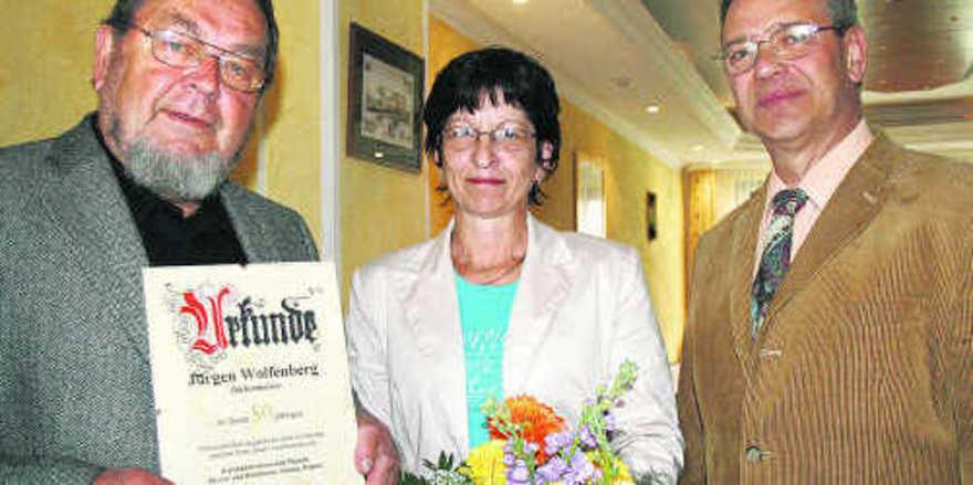 Glückwunsch für BM Jürgen Wolfenberg (links) von Kirsten Gmirek von der Kreishandwerkerschaft und OM Wolfgang Grünberg.
