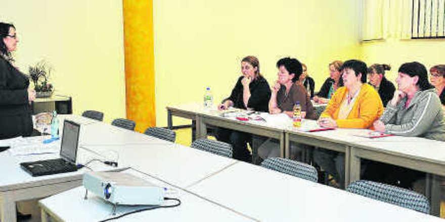 Blick in das Seminar mit Trainerin Beate Dechnig (links). Sicherheit im Kundenumgang konnten die Teilnehmerinnen in Rollenspielen gewinnen.