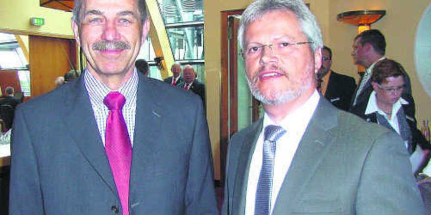 Bäko Hansa-Vorstandschef Norbert Hupe (rechts) begrüßt als Gastreferenten den Sportpsychologen Professor Dr. Hans Eberspächer.