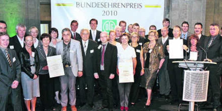 Die diesjährigen Bundesehrenpreisträger der deutschen Back- und Fleischwarenbranche mit DLG-Präsident Carl-Albrecht Bartmer (2. Reihe, 5.von links) und Staatssekretär Dr. Gerd Müller (3. Reihe, 8.von rechts).